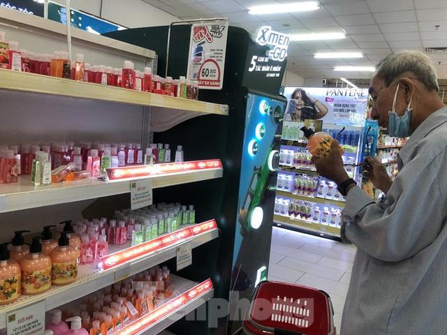 Trữ thức ăn trước dịch corona, nhiều siêu thị hết veo thực phẩm - Ảnh 7.