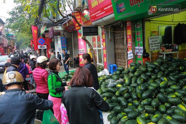 Không thể xuất khẩu do virus corona, dưa hấu được mang về thủ đô giải cứu với mức giá siêu rẻ 8.000 đồng/kg - Ảnh 8.