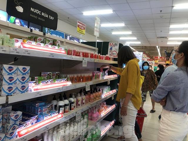 Trữ thức ăn trước dịch corona, nhiều siêu thị hết veo thực phẩm - Ảnh 8.