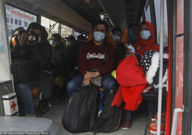 Cuộc sống đảo lộn nơi tâm dịch Vũ Hán: Nước mắt tuôn rơi nhưng không làm nản lòng ai cả - bệnh viện xây thần tốc, bác sĩ làm việc cật lực, toàn dân nâng cao tinh thần chống dịch - Ảnh 18.