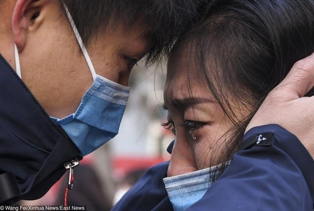 Cuộc sống đảo lộn nơi tâm dịch Vũ Hán: Nước mắt tuôn rơi nhưng không làm nản lòng ai cả - bệnh viện xây thần tốc, bác sĩ làm việc cật lực, toàn dân nâng cao tinh thần chống dịch - Ảnh 1.