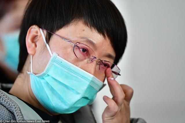 Cuộc sống đảo lộn nơi tâm dịch Vũ Hán: Nước mắt tuôn rơi nhưng không làm nản lòng ai cả - bệnh viện xây thần tốc, bác sĩ làm việc cật lực, toàn dân nâng cao tinh thần chống dịch - Ảnh 2.