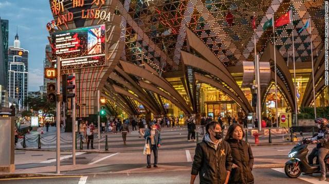Giữa tâm đại dịch viêm phổi Vũ Hán, thánh địa sòng bạc Macao từng tấp nập khách du lịch giờ đây như thành phố ma lạnh lẽo và vắng bóng người - Ảnh 1.