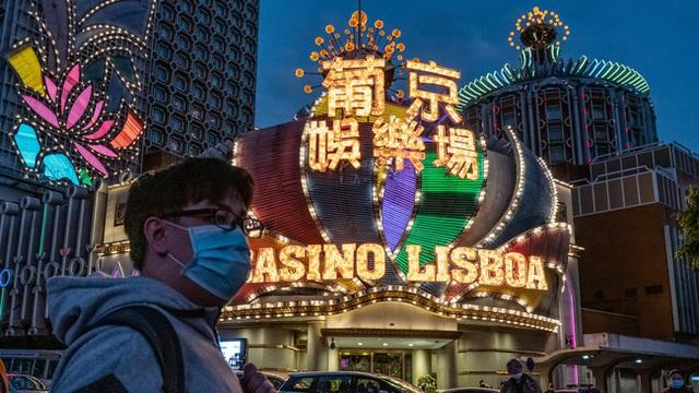 Giữa tâm đại dịch viêm phổi Vũ Hán, thánh địa sòng bạc Macao từng tấp nập khách du lịch giờ đây như thành phố ma lạnh lẽo và vắng bóng người - Ảnh 2.