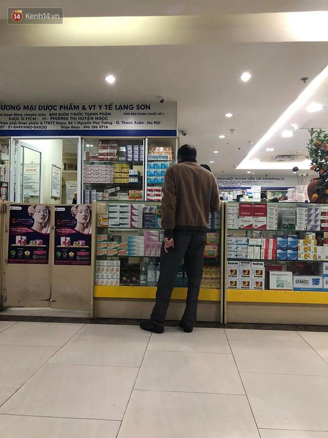 """Hàng loạt cửa hàng thuốc ở Hapulico tháo biển không bán khẩu trang, nước rửa tay, miễn hỏi"""" sau khi công an vào cuộc - Ảnh 2."""