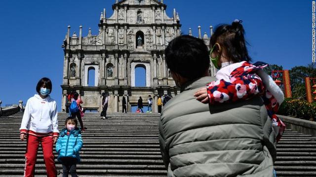 Giữa tâm đại dịch viêm phổi Vũ Hán, thánh địa sòng bạc Macao từng tấp nập khách du lịch giờ đây như thành phố ma lạnh lẽo và vắng bóng người - Ảnh 4.