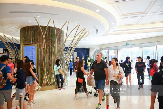 Sài Gòn: Loạt trung tâm thương mại đình đám vắng hoe trong những ngày đại dịch Corona, đi tới đâu cũng thấy… chiếc khẩu trang hiện diện - Ảnh 1.