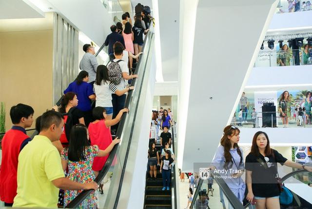 Sài Gòn: Loạt trung tâm thương mại đình đám vắng hoe trong những ngày đại dịch Corona, đi tới đâu cũng thấy… chiếc khẩu trang hiện diện - Ảnh 2.