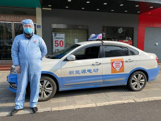 Tài xế tình nguyện ở Vũ Hán: Bị dân làng hắt hủi, lái xe miễn phí 12 giờ mỗi ngày và tiết lộ những điều đau lòng ít ai biết - Ảnh 1.
