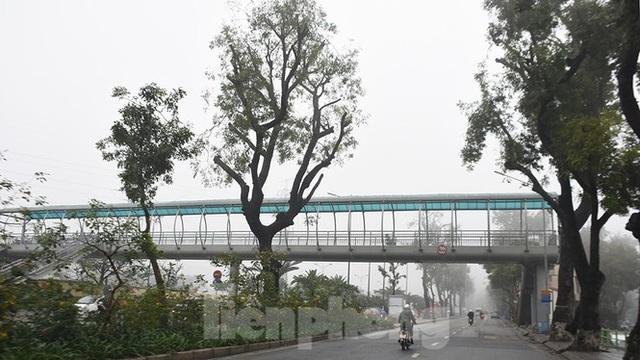 Sương mù dày đặc bao trùm Thủ đô Hà Nội - Ảnh 13.