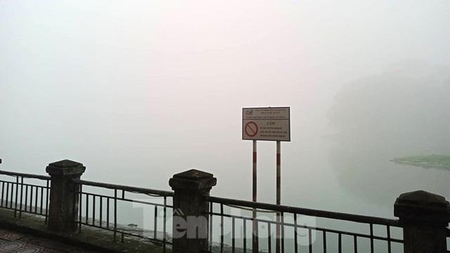 Sương mù dày đặc bao trùm Thủ đô Hà Nội - Ảnh 16.