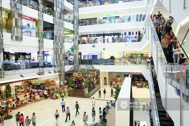 Sài Gòn: Loạt trung tâm thương mại đình đám vắng hoe trong những ngày đại dịch Corona, đi tới đâu cũng thấy… chiếc khẩu trang hiện diện - Ảnh 3.