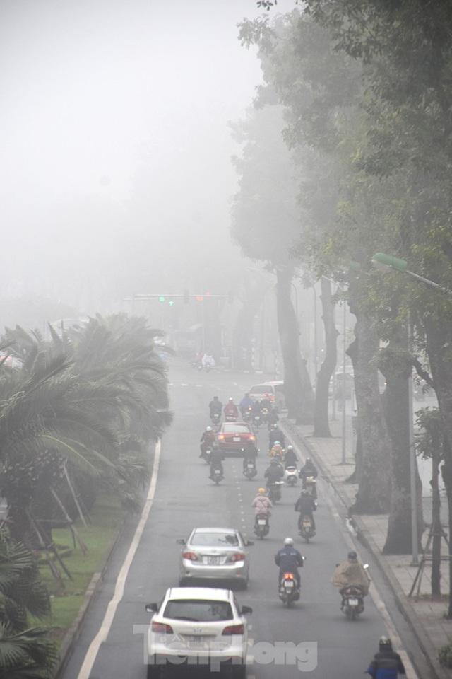 Sương mù dày đặc bao trùm Thủ đô Hà Nội - Ảnh 4.