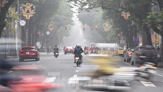 Sương mù dày đặc bao trùm Thủ đô Hà Nội - Ảnh 9.