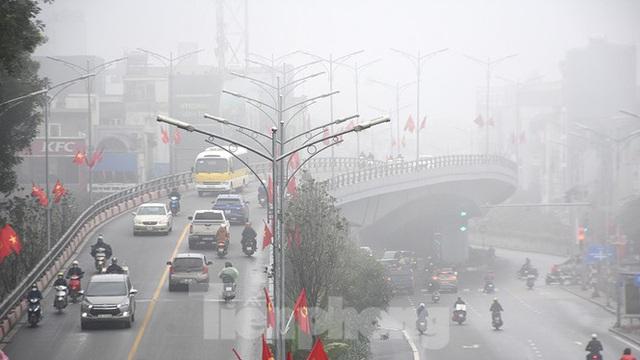 Sương mù dày đặc bao trùm Thủ đô Hà Nội - Ảnh 10.