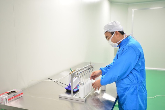 Quy trình 50.000 chai gel rửa tay khô kháng khuẩn ra đời thần tốc trong đợt dịch corona - Ảnh 10.