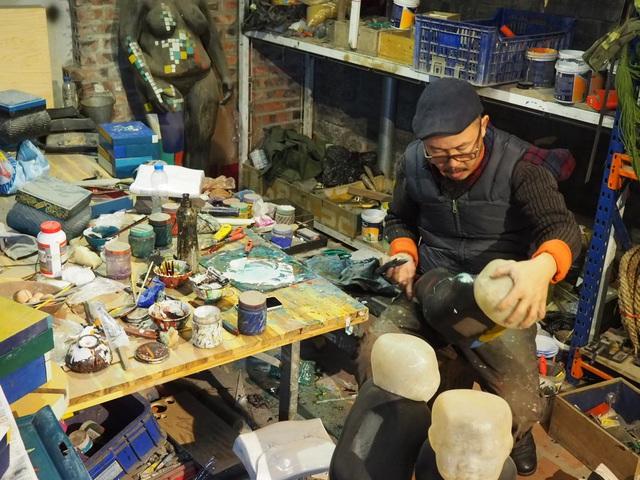 """Nghệ sĩ điêu khắc Đinh Công Đạt: """"Tôi từng cao ngạo nói, khách của Đạt rồ này không biết tiếng Việt vì toàn Tây"""" - Ảnh 6."""