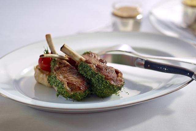 Tiết lộ gây sốc về bản chất thực sự của những món ăn:Đừng tin 100% những gì bạn thấy trên thực đơn nhà hàng, tôm hùm, thịt cừu hảo hạng chưa chắc đã là thật - Ảnh 1.
