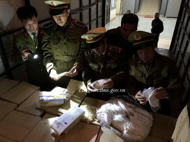 Ngăn chặn lô hàng hơn 35.000 khẩu trang, găng tay cao su có dấu hiệu vận chuyển lậu qua biên giới - Ảnh 1.