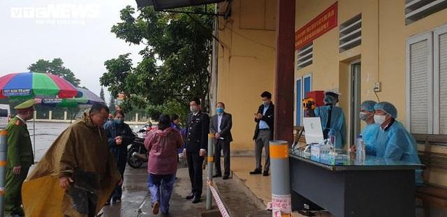 Ảnh: Quảng Ninh kiểm soát thân nhiệt từng người dân từ Móng Cái vào nội địa - Ảnh 2.
