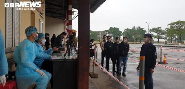 Ảnh: Quảng Ninh kiểm soát thân nhiệt từng người dân từ Móng Cái vào nội địa - Ảnh 3.