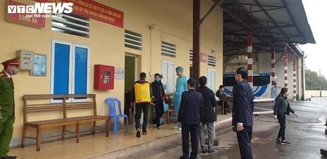 Ảnh: Quảng Ninh kiểm soát thân nhiệt từng người dân từ Móng Cái vào nội địa - Ảnh 1.