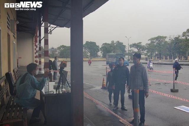 Ảnh: Quảng Ninh kiểm soát thân nhiệt từng người dân từ Móng Cái vào nội địa - Ảnh 4.