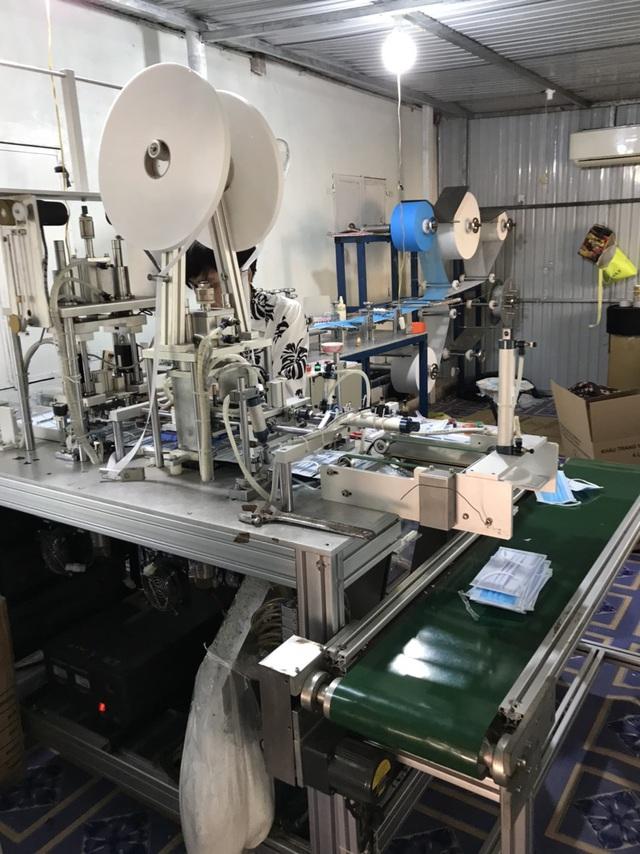 Phát hiện cơ sở sản xuất 1.500 khẩu trang y tế không đúng tiêu chuẩn tại Bình Phước - Ảnh 2.