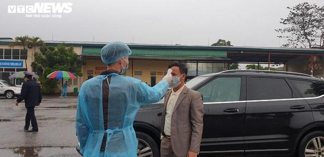Ảnh: Quảng Ninh kiểm soát thân nhiệt từng người dân từ Móng Cái vào nội địa - Ảnh 5.