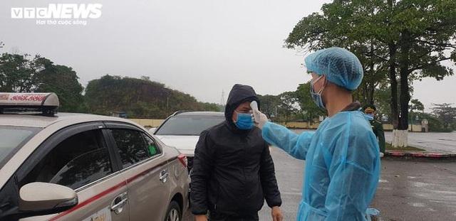 Ảnh: Quảng Ninh kiểm soát thân nhiệt từng người dân từ Móng Cái vào nội địa - Ảnh 6.