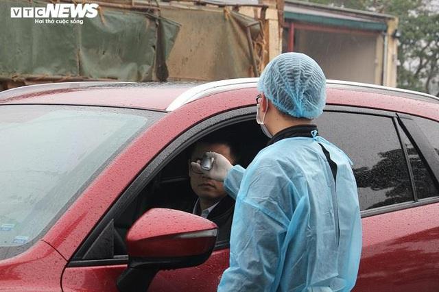 Ảnh: Quảng Ninh kiểm soát thân nhiệt từng người dân từ Móng Cái vào nội địa - Ảnh 8.