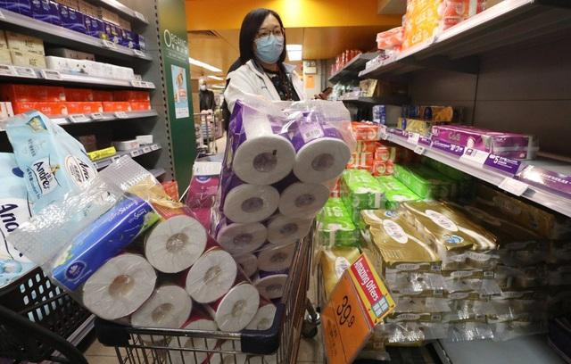 Khách hàng toàn cầu điêu đứng vì Trung Quốc: Nhà cung cấp ngừng sản xuất, ngành bán lẻ, giải trí dự báo lỗ hàng trăm triệu USD, giấy vệ sinh cháy hàng vì người dân đổ xô tích trữ - Ảnh 1.