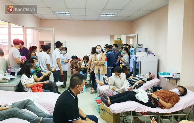Cạn kiệt nguồn dự trữ máu giữa dịch bệnh virus Corona, hàng trăm bạn trẻ Sài Gòn vui vẻ xếp hàng đi hiến máu cứu người - Ảnh 2.  Cạn kiệt nguồn dự trữ máu giữa dịch bệnh virus Corona, hàng trăm bạn trẻ Sài Gòn vui vẻ xếp hàng đi hiến máu cứu người photo 1 1581147913112154836112