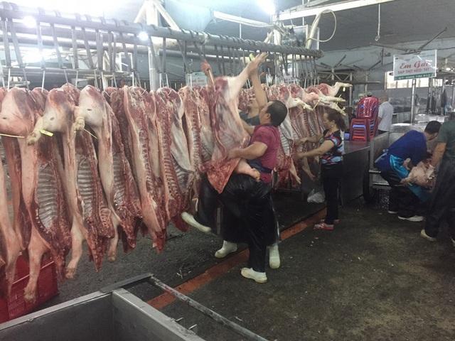Giá thịt heo tiếp tục giảm sâu giữa mùa dịch corona - Ảnh 1.