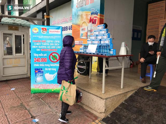 Người dân bỏ làm, đội mưa lạnh đứng đợi nhận khẩu trang miễn phí tại chợ thuốc lớn nhất Hà Nội - Ảnh 12.