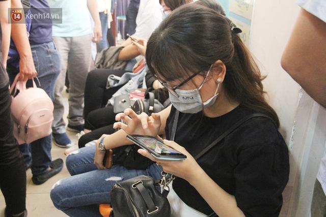 Cạn kiệt nguồn dự trữ máu giữa dịch bệnh virus Corona, hàng trăm bạn trẻ Sài Gòn vui vẻ xếp hàng đi hiến máu cứu người - Ảnh 14.  Cạn kiệt nguồn dự trữ máu giữa dịch bệnh virus Corona, hàng trăm bạn trẻ Sài Gòn vui vẻ xếp hàng đi hiến máu cứu người photo 13 15811479131282087436492