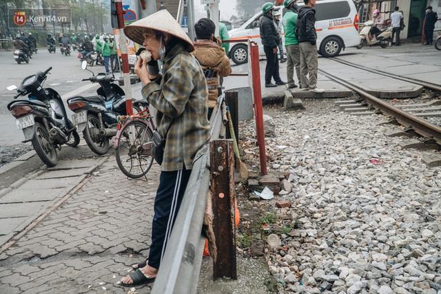 Khi người dân chen nhau mua bằng được khẩu trang để bảo vệ chính mình nhưng lại vứt tràn lan ra ngoài môi trường - Ảnh 18.