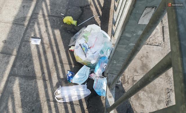 Khi người dân chen nhau mua bằng được khẩu trang để bảo vệ chính mình nhưng lại vứt tràn lan ra ngoài môi trường - Ảnh 3.