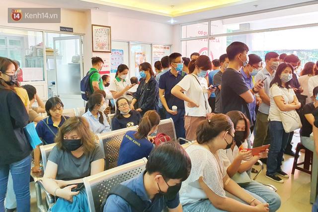 Cạn kiệt nguồn dự trữ máu giữa dịch bệnh virus Corona, hàng trăm bạn trẻ Sài Gòn vui vẻ xếp hàng đi hiến máu cứu người - Ảnh 3.  Cạn kiệt nguồn dự trữ máu giữa dịch bệnh virus Corona, hàng trăm bạn trẻ Sài Gòn vui vẻ xếp hàng đi hiến máu cứu người photo 2 1581147913114173035456