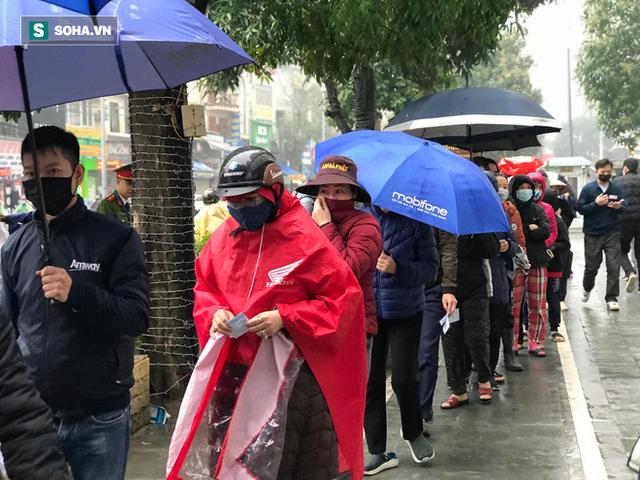 Người dân bỏ làm, đội mưa lạnh đứng đợi nhận khẩu trang miễn phí tại chợ thuốc lớn nhất Hà Nội - Ảnh 3.