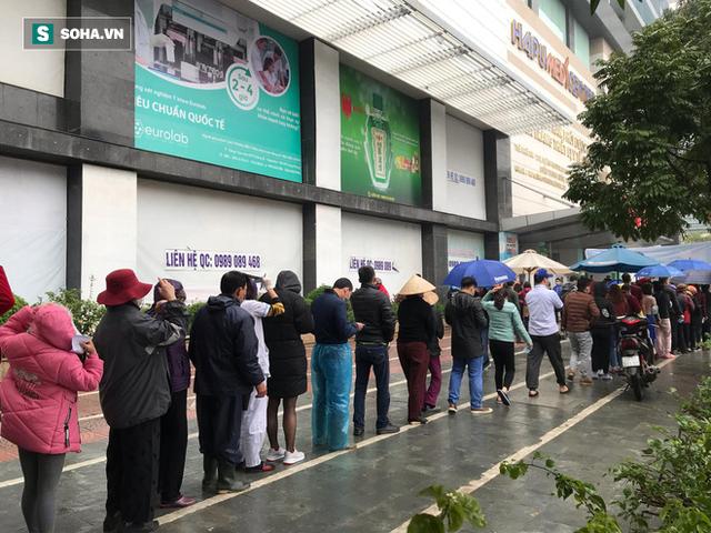 Người dân bỏ làm, đội mưa lạnh đứng đợi nhận khẩu trang miễn phí tại chợ thuốc lớn nhất Hà Nội - Ảnh 4.