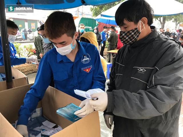 Người dân bỏ làm, đội mưa lạnh đứng đợi nhận khẩu trang miễn phí tại chợ thuốc lớn nhất Hà Nội - Ảnh 7.