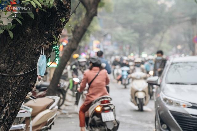 Khi người dân chen nhau mua bằng được khẩu trang để bảo vệ chính mình nhưng lại vứt tràn lan ra ngoài môi trường - Ảnh 8.