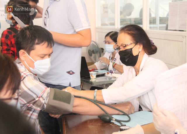 Cạn kiệt nguồn dự trữ máu giữa dịch bệnh virus Corona, hàng trăm bạn trẻ Sài Gòn vui vẻ xếp hàng đi hiến máu cứu người - Ảnh 8.  Cạn kiệt nguồn dự trữ máu giữa dịch bệnh virus Corona, hàng trăm bạn trẻ Sài Gòn vui vẻ xếp hàng đi hiến máu cứu người photo 7 15811479131221135738372