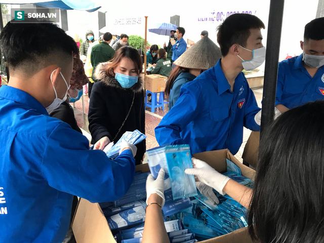 Người dân bỏ làm, đội mưa lạnh đứng đợi nhận khẩu trang miễn phí tại chợ thuốc lớn nhất Hà Nội - Ảnh 9.