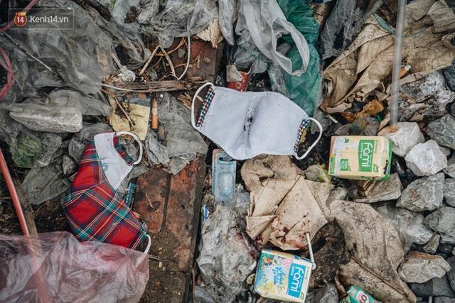 Khi người dân chen nhau mua bằng được khẩu trang để bảo vệ chính mình nhưng lại vứt tràn lan ra ngoài môi trường - Ảnh 10.