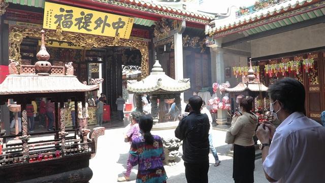 Khách đi chùa ngày Rằm tháng Giêng ở TP Hồ Chí Minh được khuyến cáo đeo khẩu trang, xịt khuẩn - Ảnh 1.