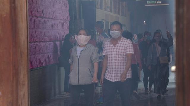 Khách đi chùa ngày Rằm tháng Giêng ở TP Hồ Chí Minh được khuyến cáo đeo khẩu trang, xịt khuẩn - Ảnh 2.