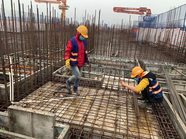 Công trường xây dựng Hà Nội đo thân nhiệt, phát khẩu trang cho công nhân - Ảnh 1.