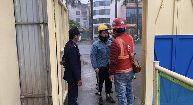 Công trường xây dựng Hà Nội đo thân nhiệt, phát khẩu trang cho công nhân - Ảnh 3.